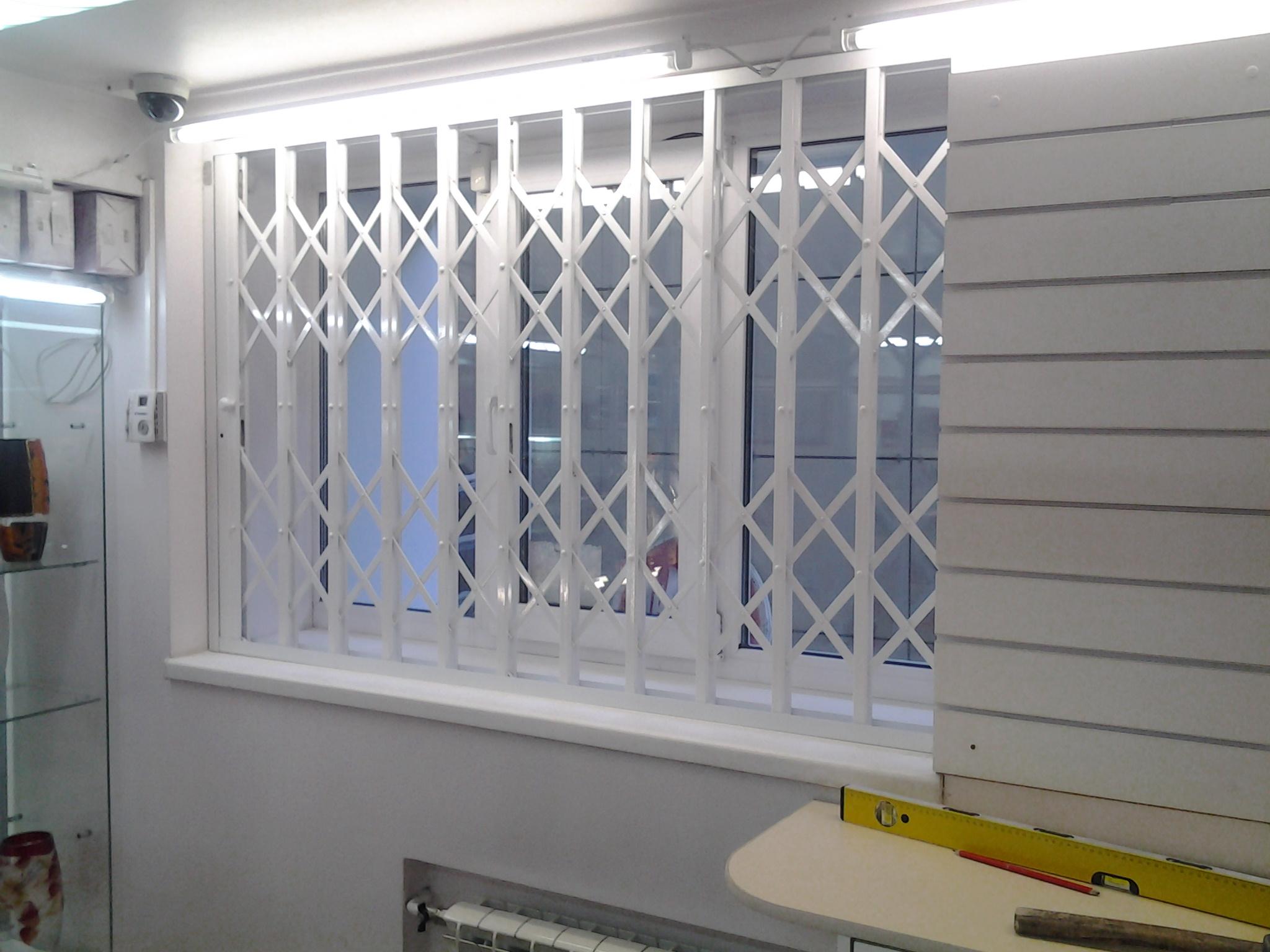 Установка раздвижных решеток на окна балкон цена.